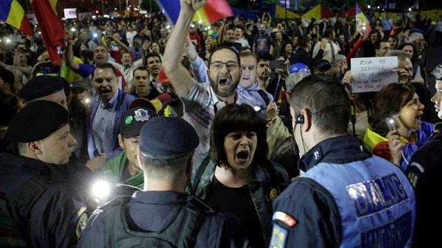 Romanya'da kamu çalışanları, hükümetin, yeni sosyal güvenlik vergisi düzenlemesine tepki gösterdi.
