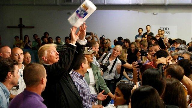 Donald Trump, Porto Riko'da Maria kasırgasının mağdurlarına kağıt havlu dağıttı.