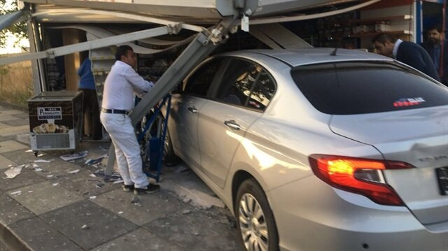 Araç, yapılan incelemelerin ardından çekici yardımıyla büfeden çıkartıldı.
