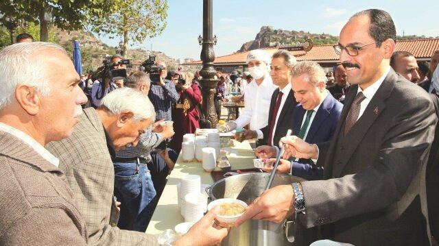 Cumhurbaşkanı Recep Tayyip Erdoğan'ın talimatı ile 13 ilde 14 camide aşure dağıtımı yapıldı.