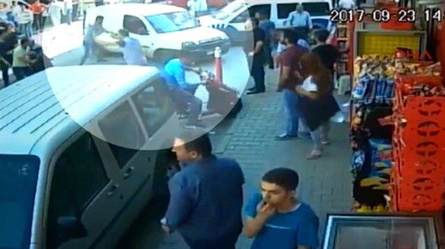 İstanbul Esenler'de bir grubun arabaya saldırdığı anlar.