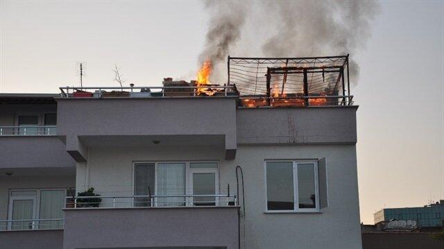 Bursa'da bir binanın çatısında yangın çıktı.