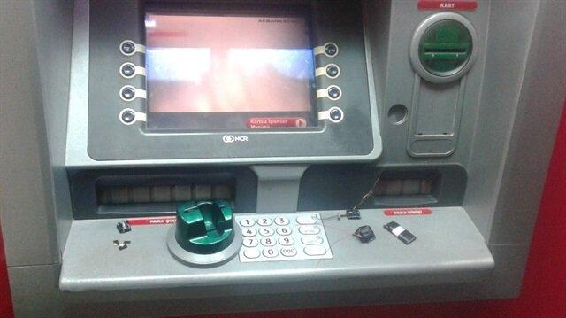 ATM'ye dolandırıcılar tarafından yerleştirilen düzenek söküldü.