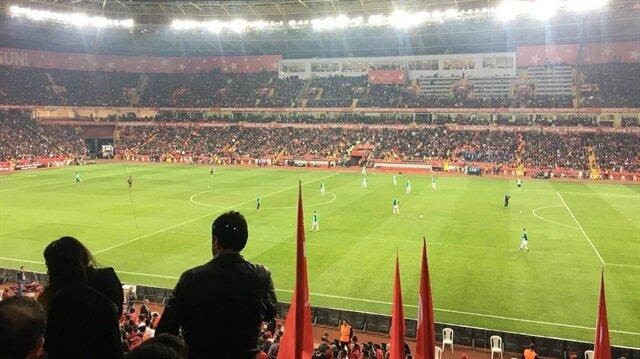 Türkiye-İzlanda maçının devre arasında İzlanda takımının yedek kulübesi ısınırken milli futbolcular sahada yoktu.