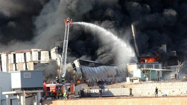 Adana'da boya fabrikasında yangın çıktı.