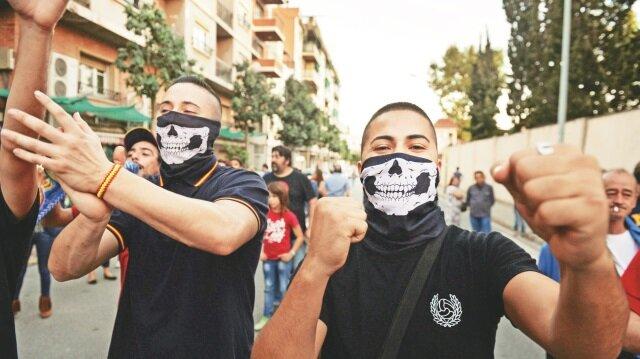 Referandum sırasında uyguladığı şiddet nedeniyle eleştirilen İspanya polisine destek veren İspanyol milliyetçiler, Barselona'da maskeli gösteri düzenledi.