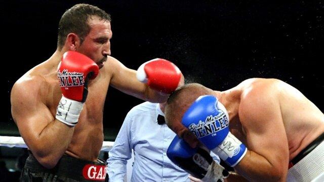Türk boksör Fırat Arslan, Arjantinli rakibini nakavt ederek başarılarına bir yenisini daha ekledi.