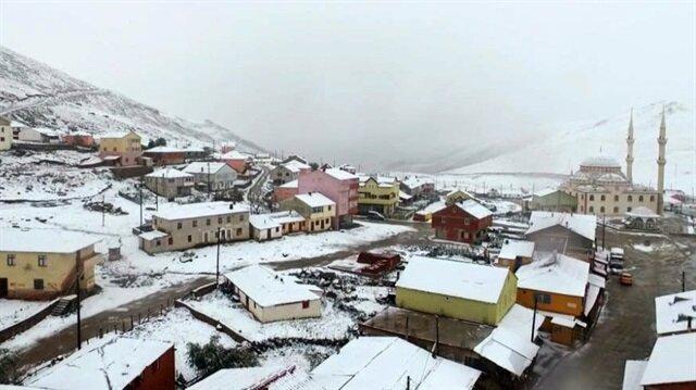 Kazıkbeli yaylası ve yüksek kesimlere kar yağdı.