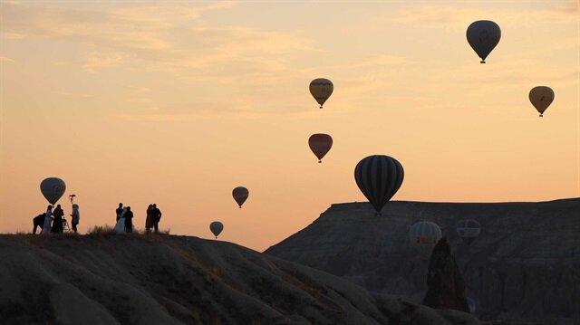 Türkiye'nin en önemli turizm merkezlerinden biri olan Kapadokya'da hava muhalefeti nedeniyle sıcak hava balonları üç gündür iptal ediliyor.