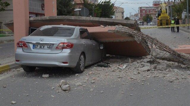 Vincin çarparak yıktığı üst geçitten kopan beton otomobili ezdi...
