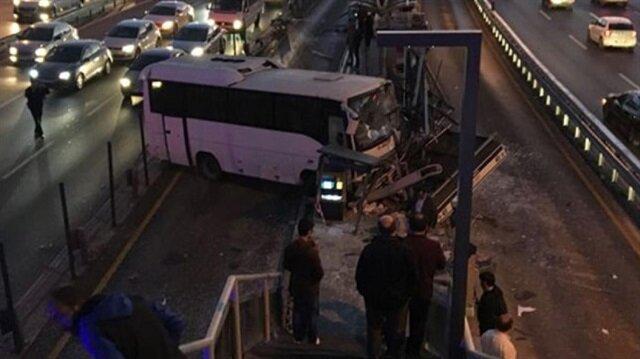Metrobüs yolunda kaza: Servis aracı durağa çarptı.
