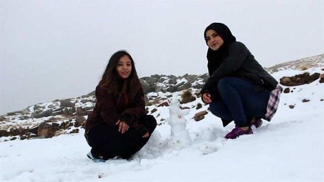 Erzurum'da kar yağışını gençler eğlenerek kutladı.