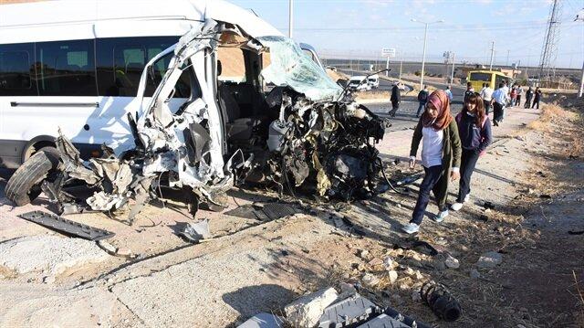 Kaza sonrası öğrencileri taşıyan servis kullanılamaz hale geldi.