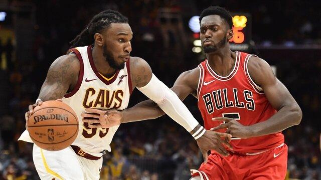 Cleveland Cavaliers'dan Jae Crowder ve Chicago Bulls'dan Bobby Portis bir pozisyonda mücadele ederken
