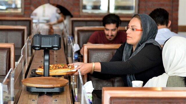 İran'daki ilk robotik restorana yoğun ilgi görüyor.
