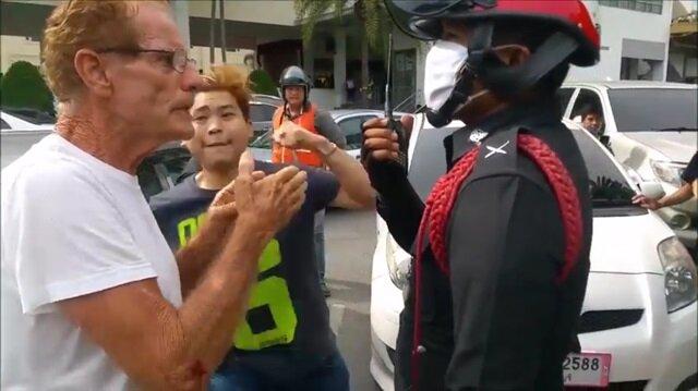 Yaşlı adamı polisin yanında bayıltan yumruk!