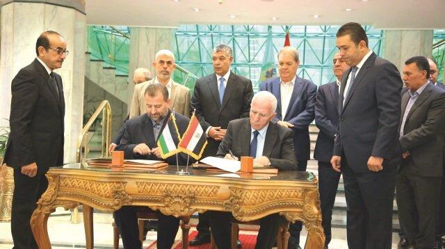 Anlaşma metnini Fetih Hareketi Merkez Kurulu üyesi Azzam El-Ahmed (sağda) ile Hamas'ın Siyasi Büro Başkan Yardımcısı Salih Aruri (solda) imzaladı.