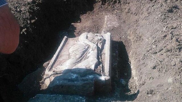 5 bin yıllık mezar taşı kaçakçıların elinden operasyonla kurtarıldı.