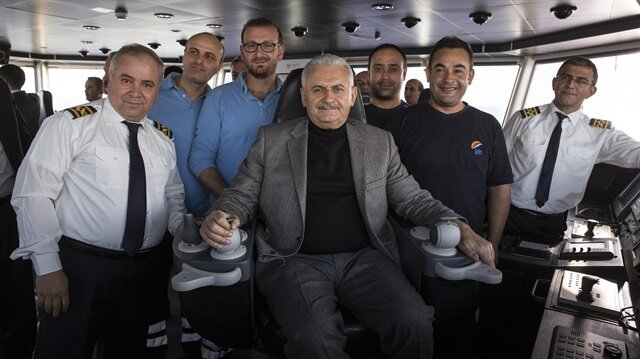 Başbakan Binali Yıldırım, kaptan köşküne çıkarak, telsizle başka bir feribotla irtibat kurdu