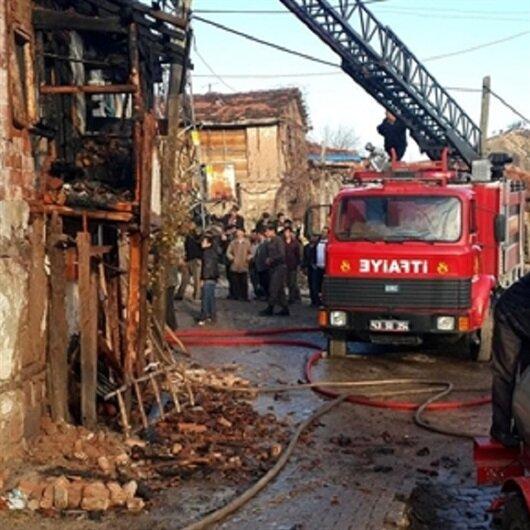 Simav'da yangın: 2 otomobil yandı