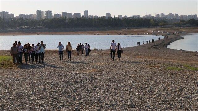 Seyhan'da sular çekilince vatandaşlar adaya yürüyerek gitti