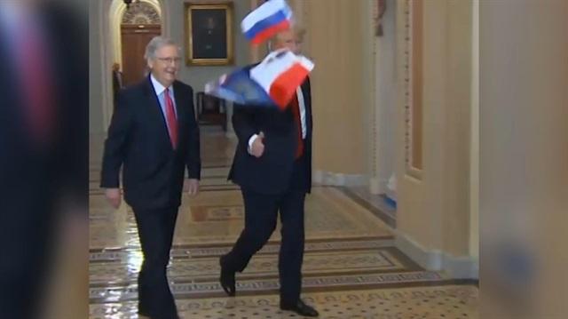 Trump'ın yüzüne Rus bayrağı fırlattı