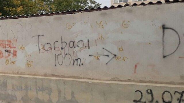 Okul duvarındaki 'Torbacı 100 metre' yazısı büyük tepki çekti.