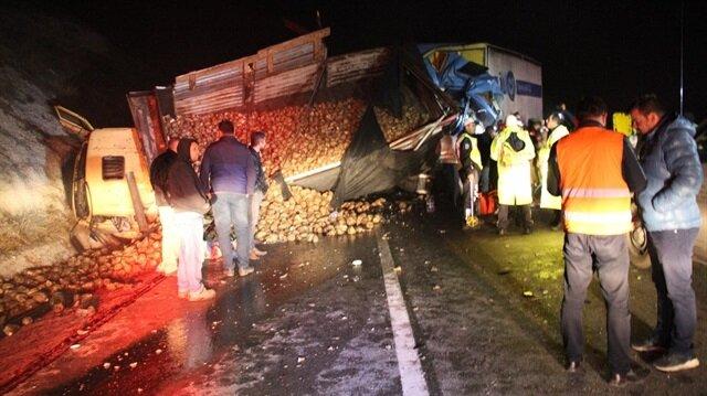 Kütahya'da 2 kamyon ve 1 otomobilin karıştığı kazada 4 kişi yaralandı.