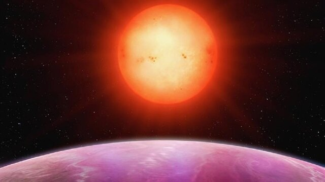"""Gökyüzünü tarayan 12 teleskop dizisinden oluşan Yeni Jenerasyon Transit Gözlem (NGTS) tarafından tespit edilen ilk gezegen olan """"NGTS-1b""""'in yörüngesinde döndüğü yıldızın ise Güneş'in yarı kütlesine ve yarıçapına sahip olduğu belirtildi."""