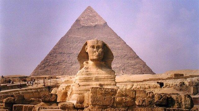 Dünyanın Yedi Harikası'ndan biri olan Keops Piramidi, 140 metre yüksekliğinde ve Giza Piramitleri'nin en büyüğü.