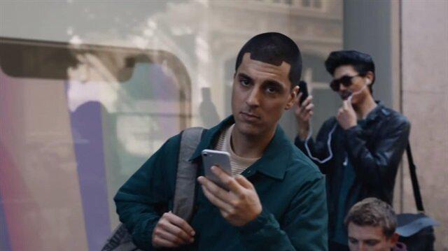 iPhone X sırasında bekleyen bir kişinin saç tıraşını iPhone X çentiği olarak yaptığı görülüyor.