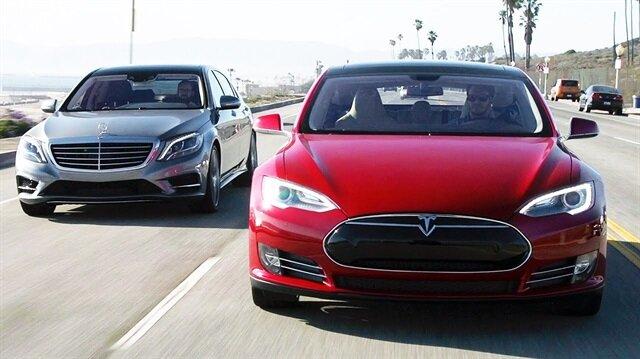 Görselde ön taraftaki otomobil Tesla Model S arkadaki ise Mercedes-Benz S Class.