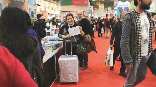 Uluslararası İstanbul Kitap Fuarı 36. kez kapılarını açarken birçok kitapsever, bir elinde liste bir elinde valizle stantları dolaştı.