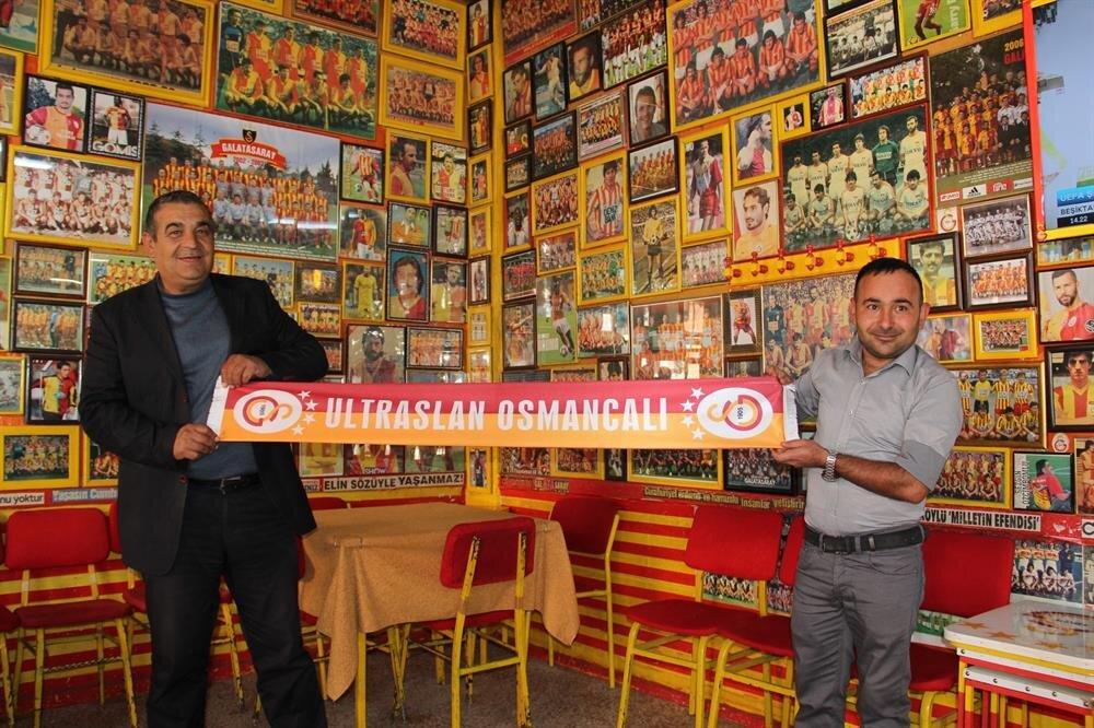 Baba oğlun işlettiği kahvehanede duvarlar Galatasaray'ın tarihi fotoğraflarıyla dolu.