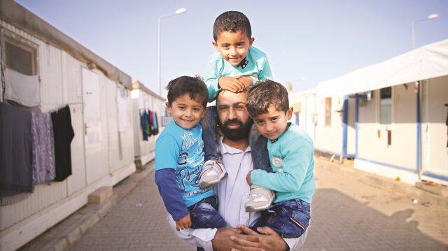 Suriyeli üçüz kardeşlerin İdlib'te hava bombardımanında hayatını kaybettiği haberleri balon çıktı.