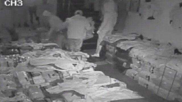 Bayrampaşa'da bir mağazanın kapısını demir sopayla kırarak giren hırsızlar 10 dakikada mağazadan yaklaşık 10 bin liralık malzemeyi çaldılar.