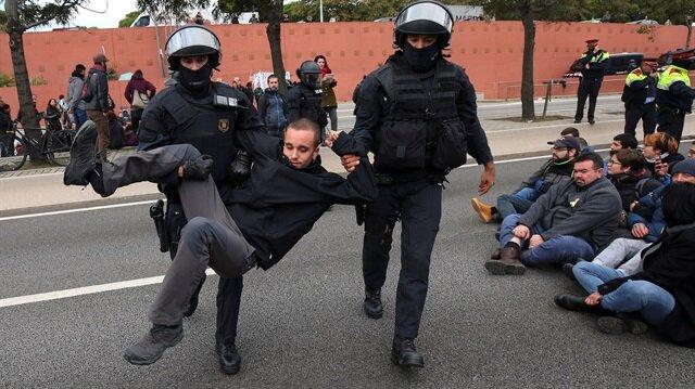 Katalan liderlerin tutuklanması ve Katalonya Yerel Meclisi'nin feshedilmesi kararı protesto ediliyor. Polis, göstericilere müdahalede bulunuyor.