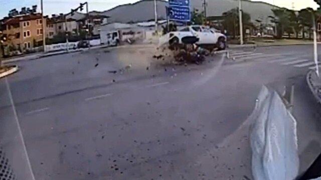 Muğla'nın Fethiye ilçesinde, motosiklet ile kamyonetin çarpıştığı kazada 1'i ağır 2 kişi yaralandı.
