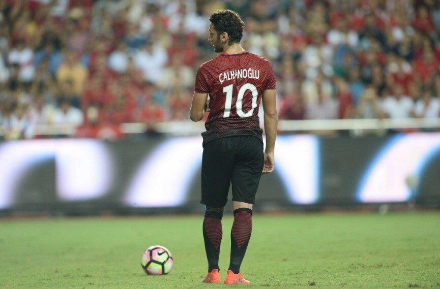 Hakan Çalhanoğlu, A Milli Takım'da Arda Turan'ın yokluğunda 10 numarayı giydi.