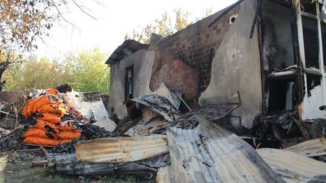 Patlama sonucu evin bir bölümü yıkıldı.