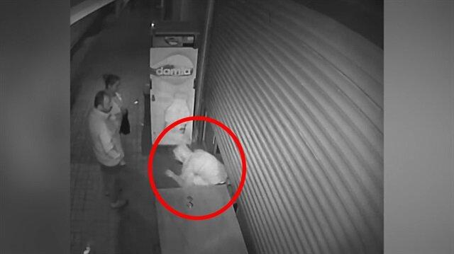 Hırsız, karşısında gördüğü market sahibini yumruklayıp kaçtı