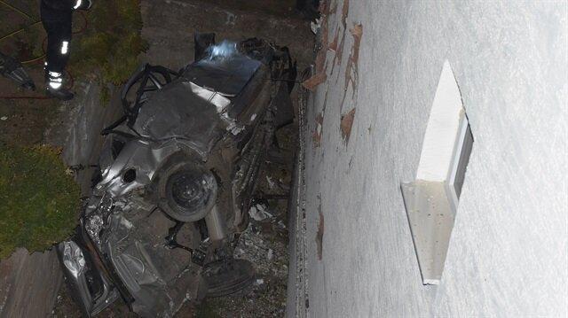 Bilecik'te bir sürücü önce bir sitenin birinci katındaki balkona çarptı.