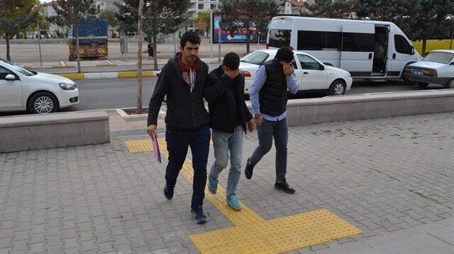 Polisler tarafından yakalanan şahıslar