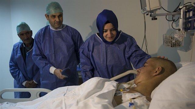 Aile ve Sosyal Politikalar Bakanı Fatma Betül Sayan Kaya ellerini kaybeden Ramazan Taşdemir'i  hastanede ziyaret etti.