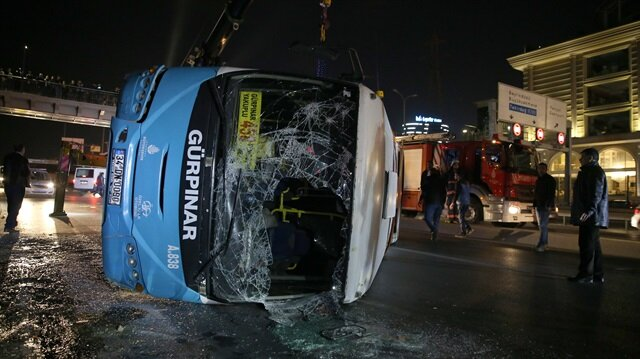 Haramidere kavşağında özel halk otobüsü yoldan çıkarak devrildi