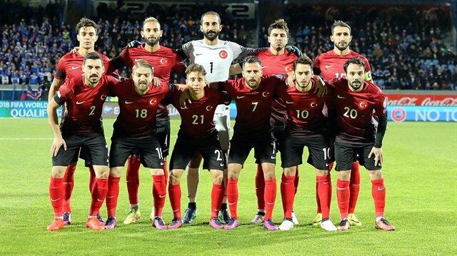 Kaan Ayhan (En solda, üstte), A Milli Takım formasıyla şimdiye kadar 8 kez mücadele etti. Ayhan, son maçlarda sağ bekte görev yaptı.
