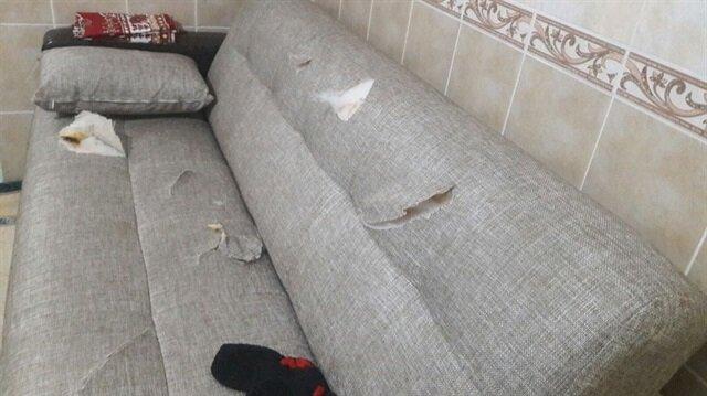 Evdeki eşyaların kesici bir aletle delik deşik edildiği görüldü.
