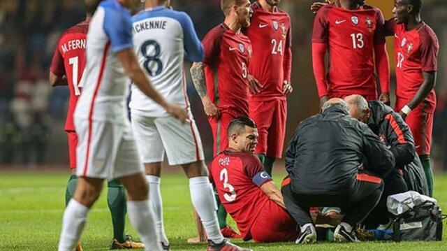 Yapılan müdahalenin ardından Pepe'nin oyuna devam edemeyeceği kenara işaret edildi.