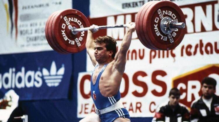 1992 Barcelona Olimpiyatları'nda, rakiplerine karşı ezici üstünlük sağlayarak, yurda altın madalyayla dönen Naim Süleymanoğlu, yine o sene, Uluslararası Halter Basın Komisyonu tarafından