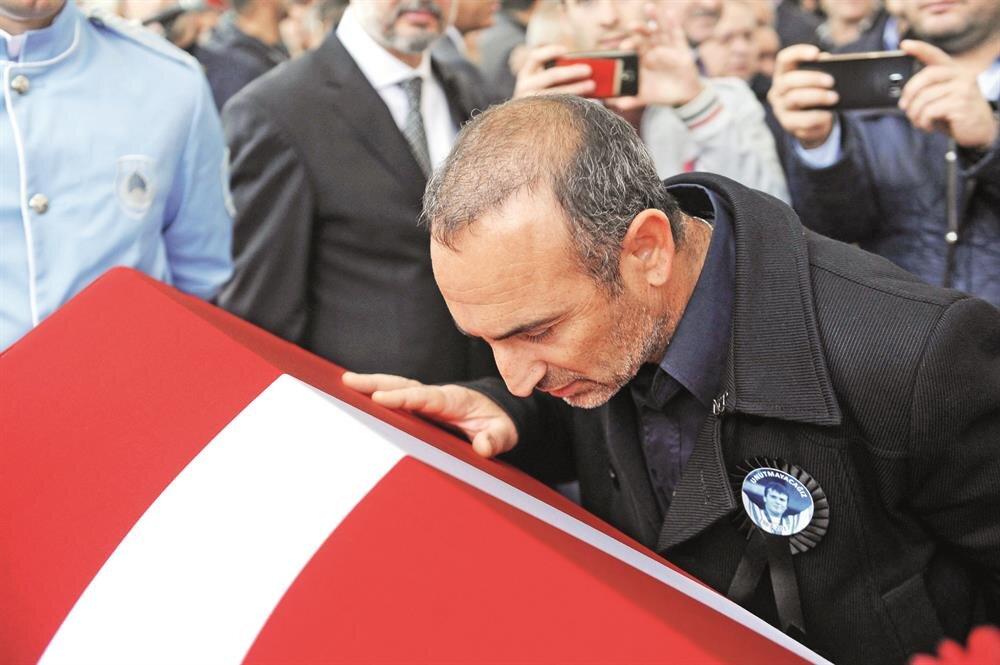 Valerios Leonidis, Süleymanoğlu'nun tabutunu öptü.nFOTOĞRAF: OKTAY YILDIRIM